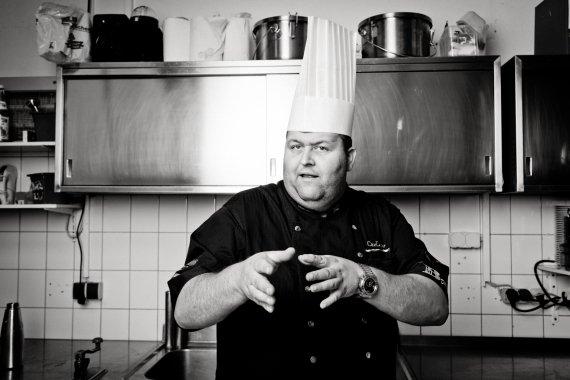 Küchenchef des Carlo 615, Carsten Loll, erklärt seine Schritte beim Kochen.